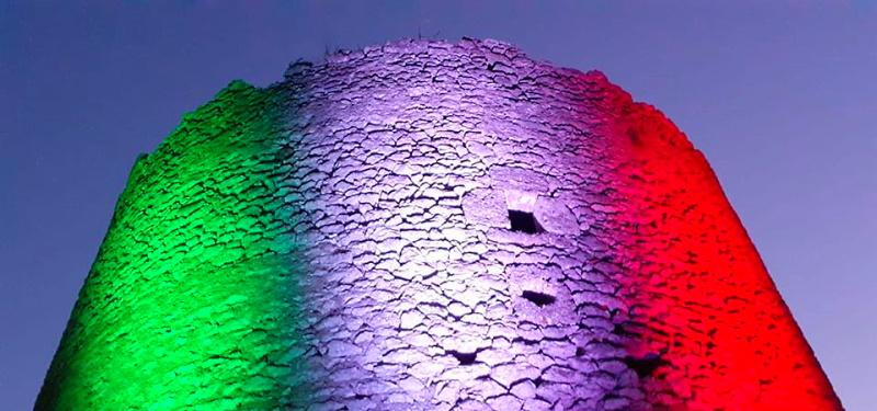 La torre medievale di Ortona dei Marsi illuminata dal tricolore