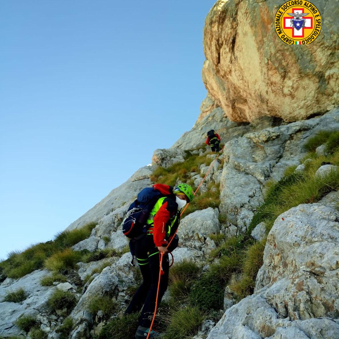 Due escursionisti smarriti e rimasti bloccati su un salto di roccia sulla via verso il Corno Grande