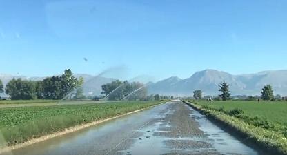 Pericolosi getti d'acqua sulle auto che percorrono le strade di Fucino