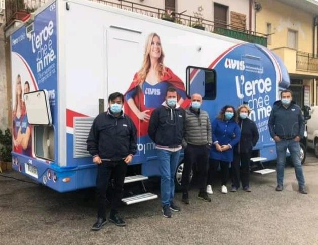 I volontari Avis di Capistrello con l'autoemoteca sotto la pioggia, nemmeno il freddo ferma i donatori di sangue