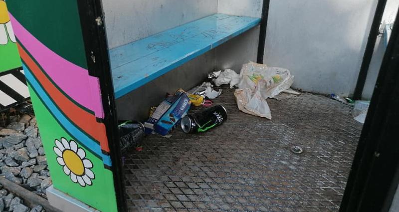 Sporcizia e cartacce abbandonate nel trenino di Tagliacozzo