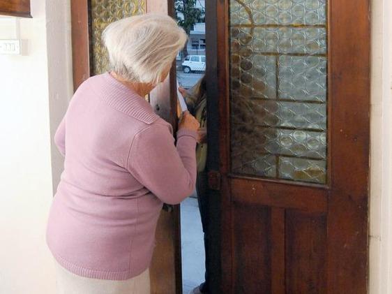 Trasacco, coppia di anziani derubata nella loro abitazione da due donne