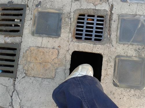 Cede una parte del marciapiede e rimane incastrata con la gamba nel buco: domenica pomeriggio da incubo per una sedicenne sanpelinese