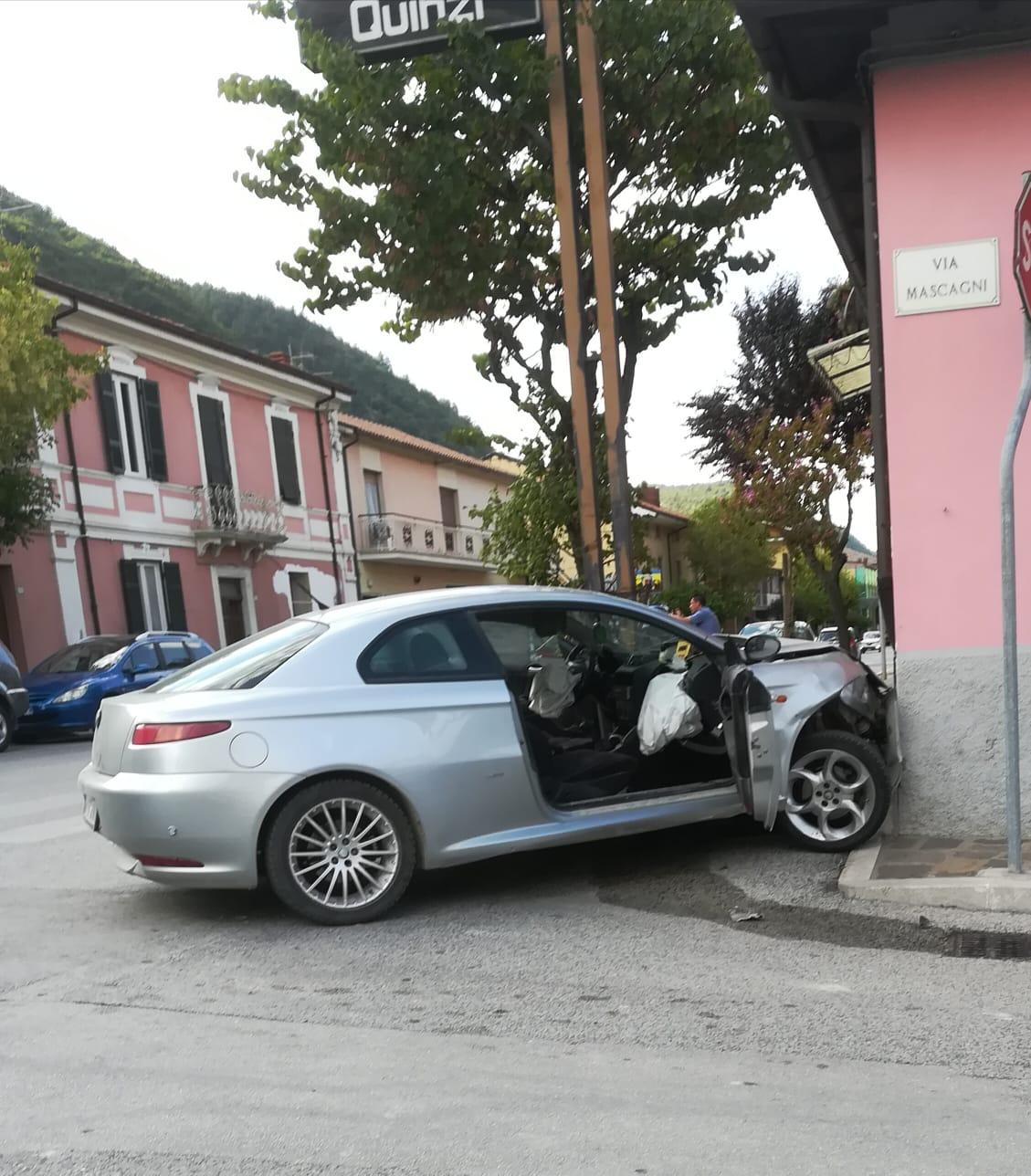 Sfugge ai controlli e si schianta con l'auto dopo un inseguimento