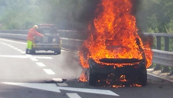 Veicolo in fiamme sull'autostrada A24: traffico bloccato