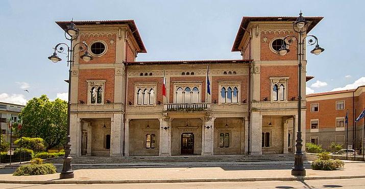 Uno schermo davanti al Municipio di Avezzano per assistere allo spoglio delle schede