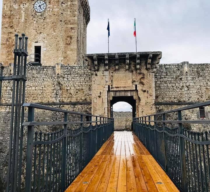 Nuova passerella per l'ingresso al Castello di Ortucchio
