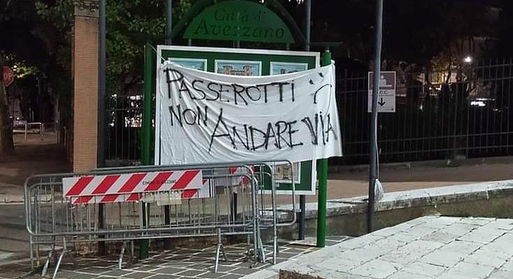 Passerotti non andare via: lo striscione apparso davanti al Municipio di Avezzano
