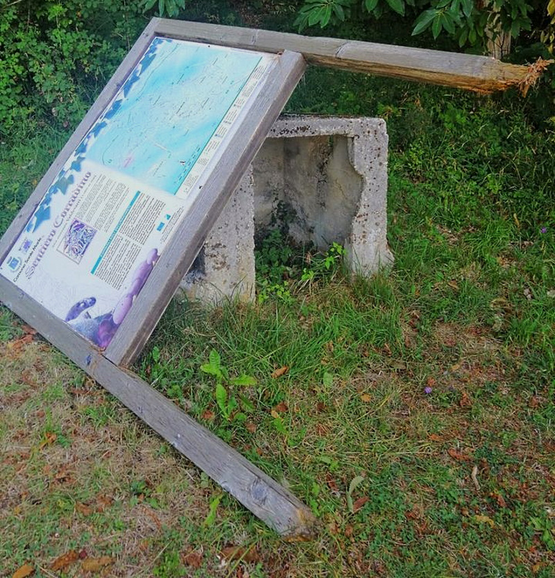 Divelto il pannello illustrativo del Sentiero di Corradino a Sante Marie