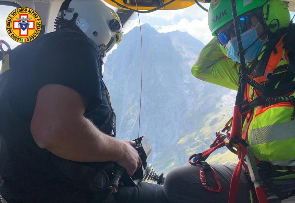 Alpinista, finito a testa in giù e svenuto, salvato dopo un volo di 30 metri sulla parete del Corno Piccolo