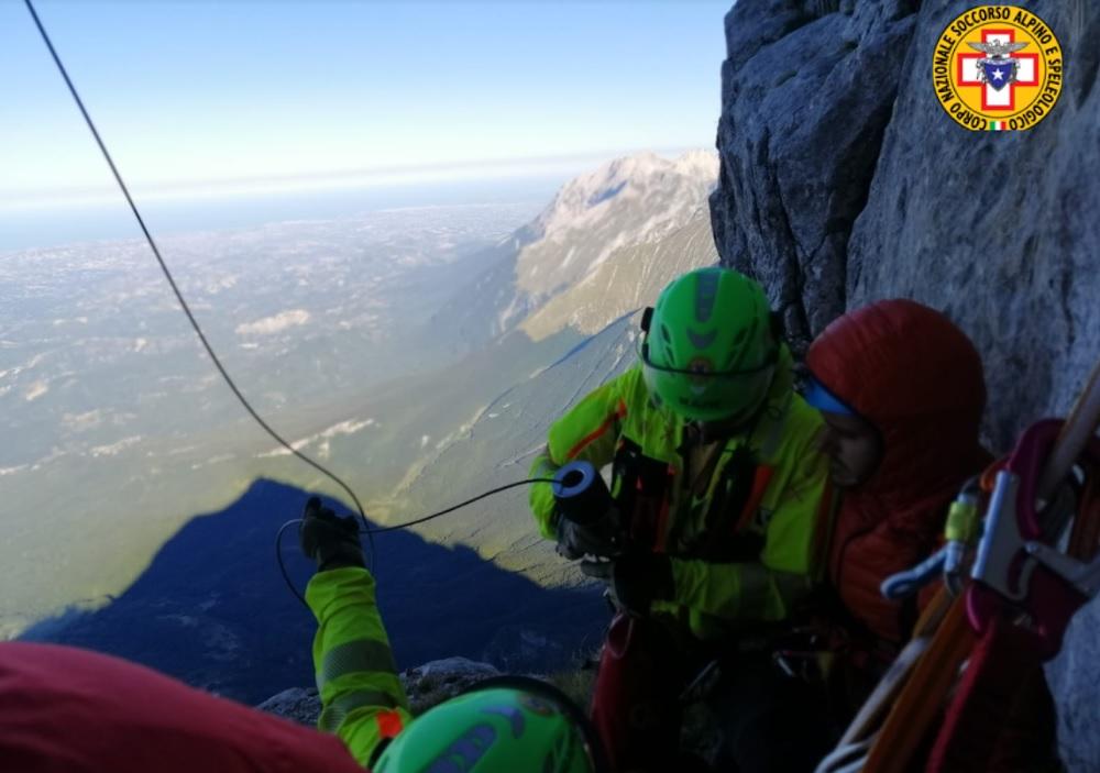 Alpinista salvato dopo un volo di 20 metri sul Paretone del Gran Sasso. Trovato sul Monte Camicia il corpo di un uomo