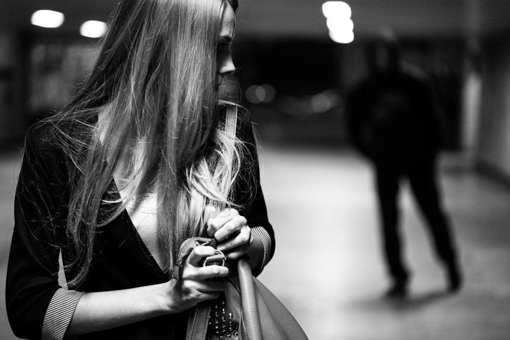 Giunge da Milano per perseguitare la sua ex, denunciato per stalking e per guida senza patente
