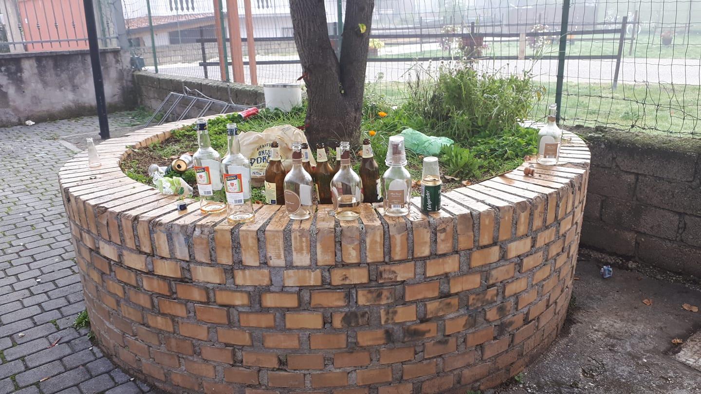 Trasacco, bottiglie abbandonate davanti il centro anziani