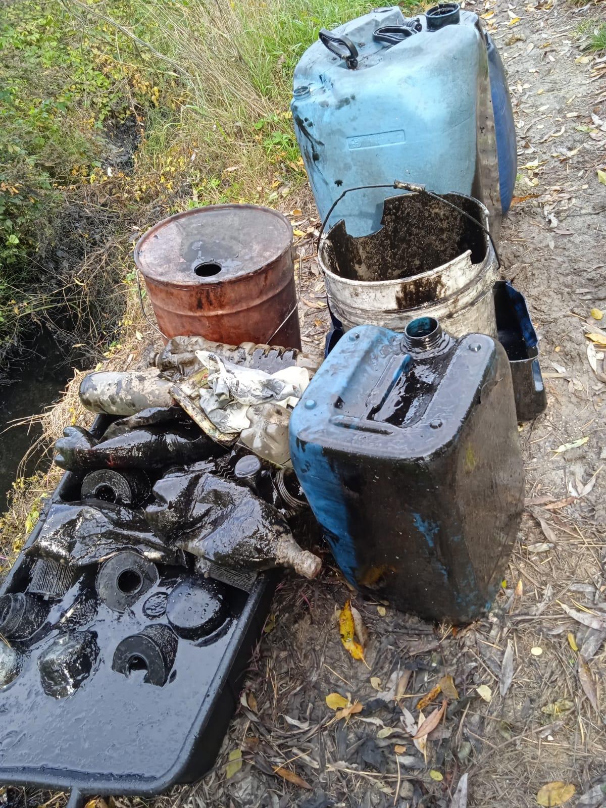 Fucino, bidoni di olio e filtri di automobile nelle acque di un canale