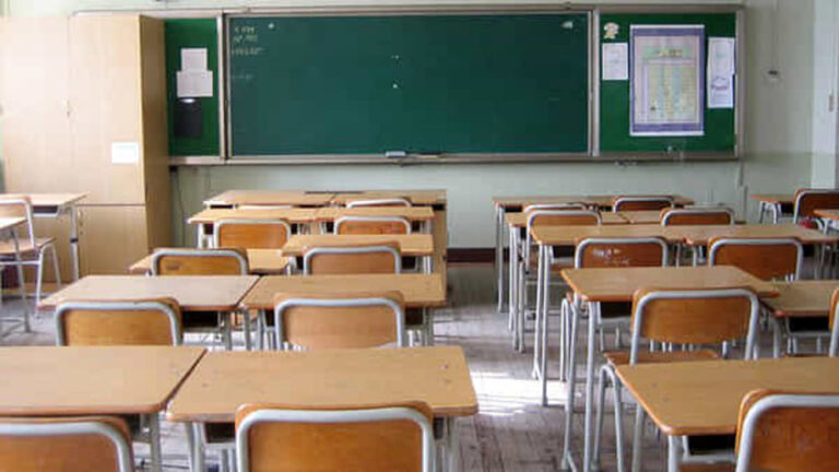classe banchi vuoti a scuola 3 2