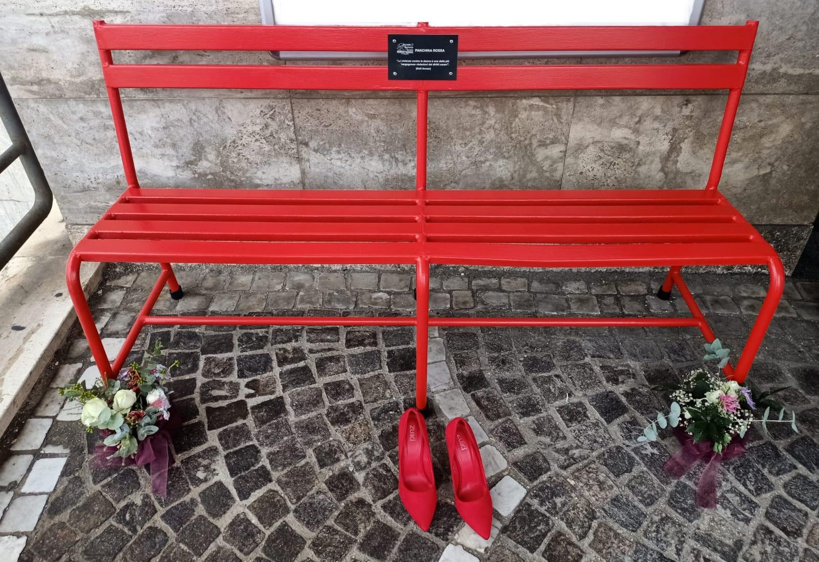 Avezzano, panchina rossa al distretto sanitario contro violenza donne