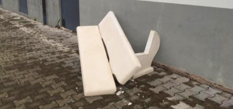 Fatta a pezzi una panchina installata solo due ore prima