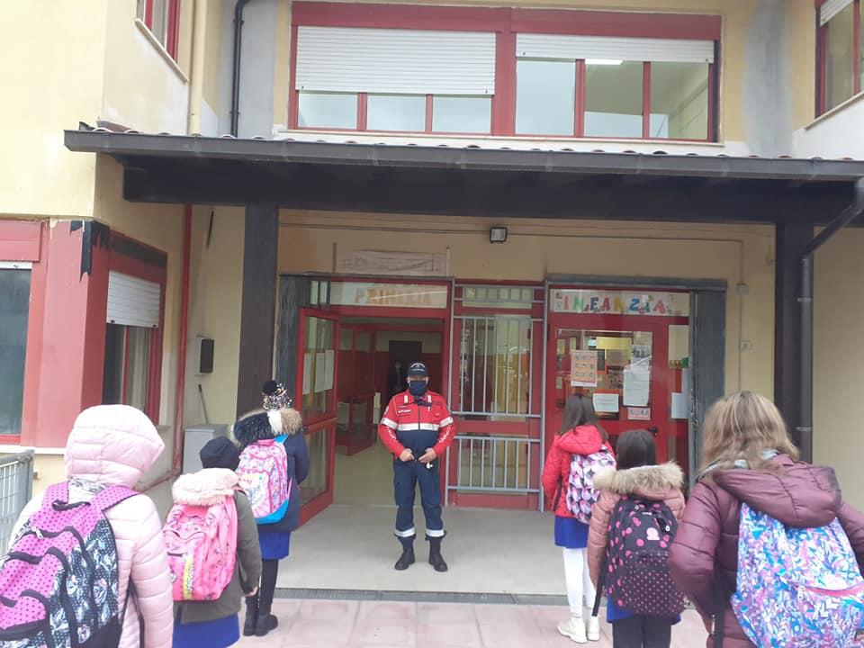 Pattugliamento anti covid dei Carabinieri nella Scuola primaria di Capistrello, bambini in fila distanziati e con mascherina