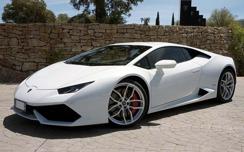 Tenta di rubare una Lamborghini ma finisce fuori strada, arrestato ladro d'auto seriale