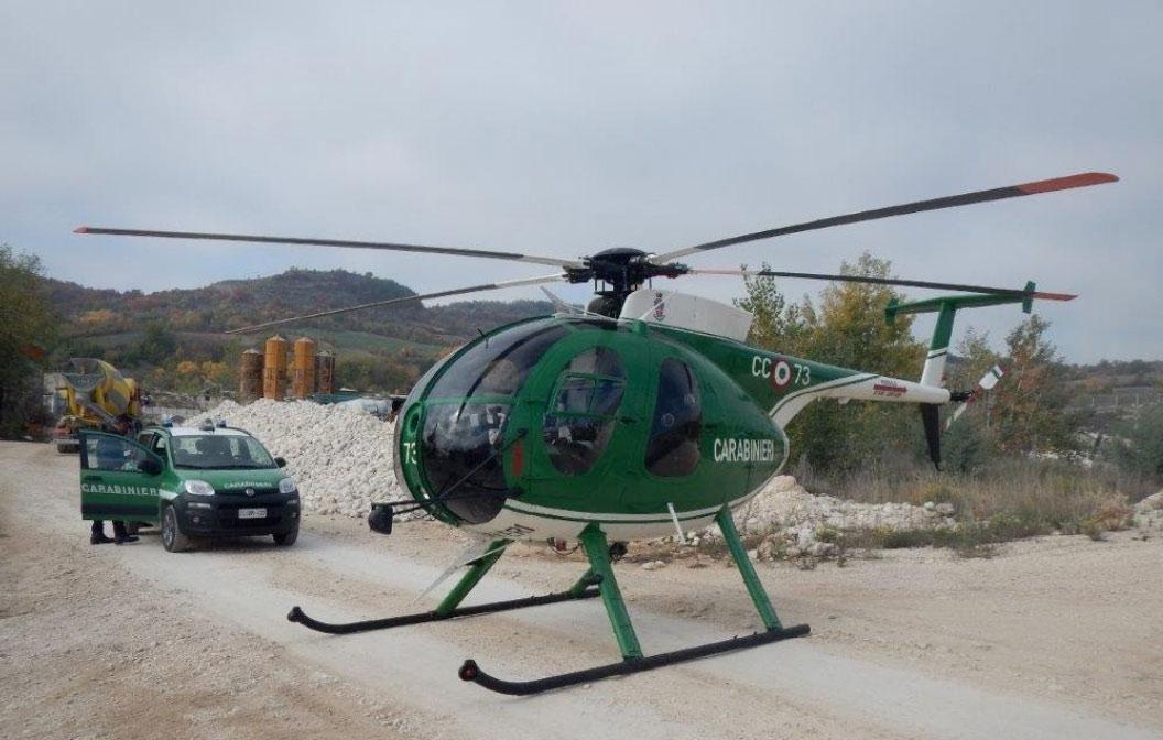 Carabinieri Forestali trovano ammassi di rifiuti speciali abbandonati all'interno di una cava. L'evidenza, grazie al sorvolo dell'area con l'elicottero.