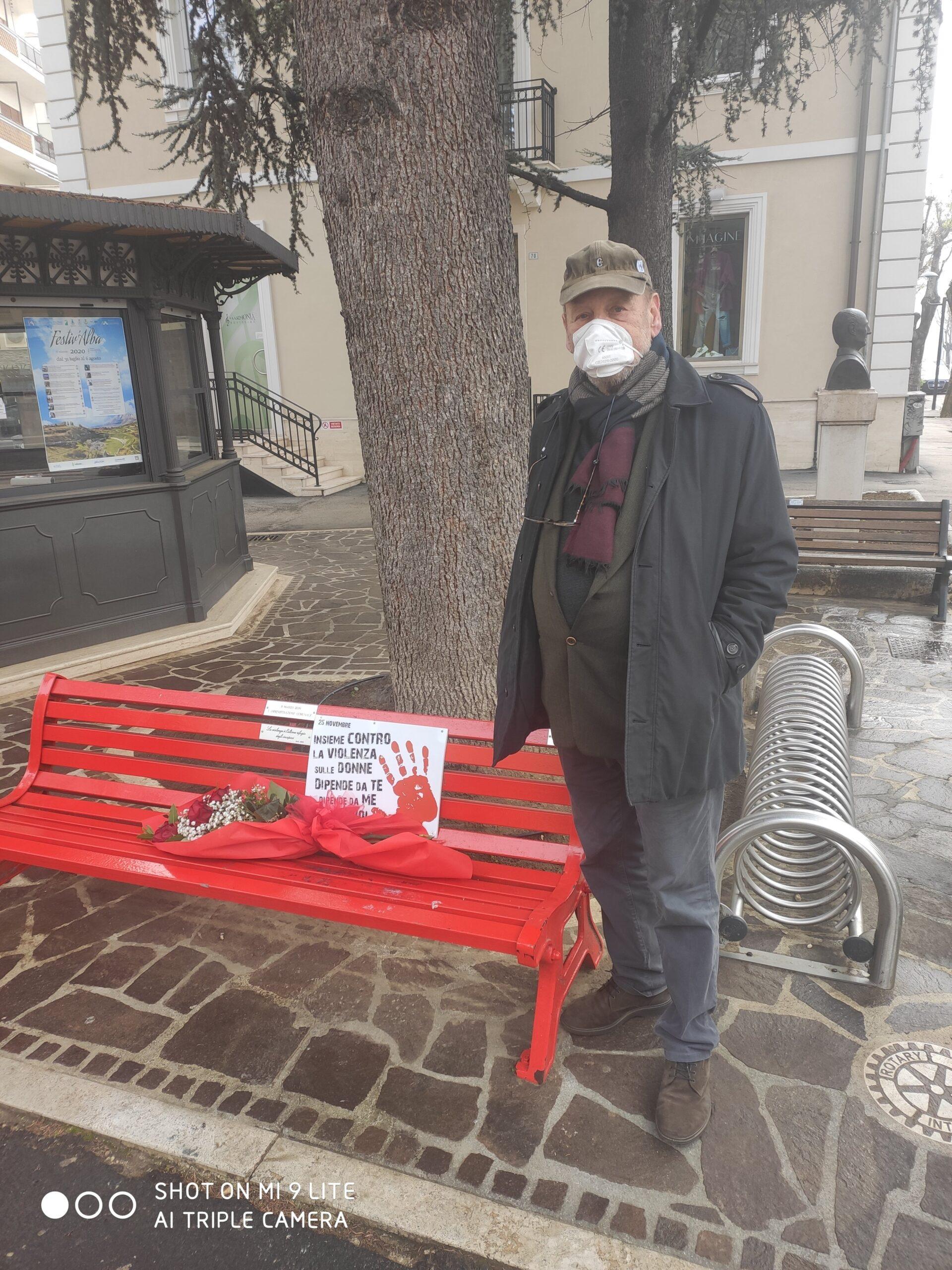 25 novembre, Giovanni Sestini e Onorina Di Matteo portano un mazzo di rose alla panchina rossa