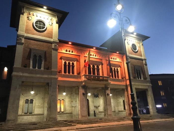 Il Municipio di Avezzano si colora di arancione per la Giornata contro la violenza sulle donne