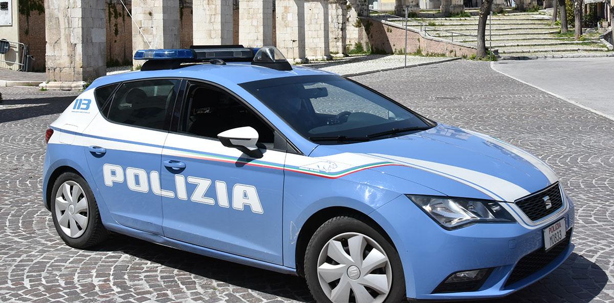 Bevono birra e sgranocchiano patatine sul cofano dell'auto dopo le 18:00, multati dalla Polizia