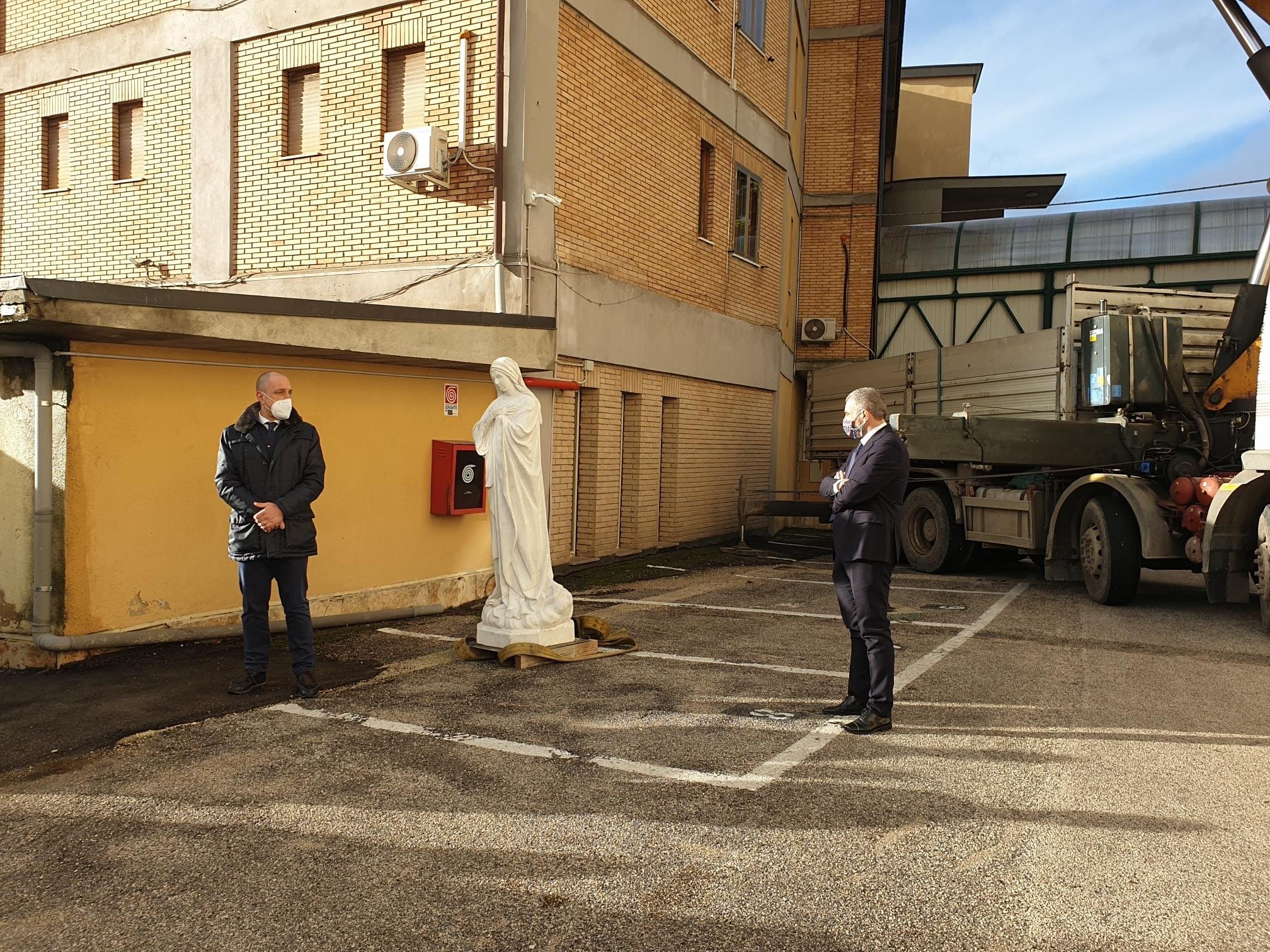 Riposizionata la Madonnina sul tetto della Clinica Immacolata di Celano