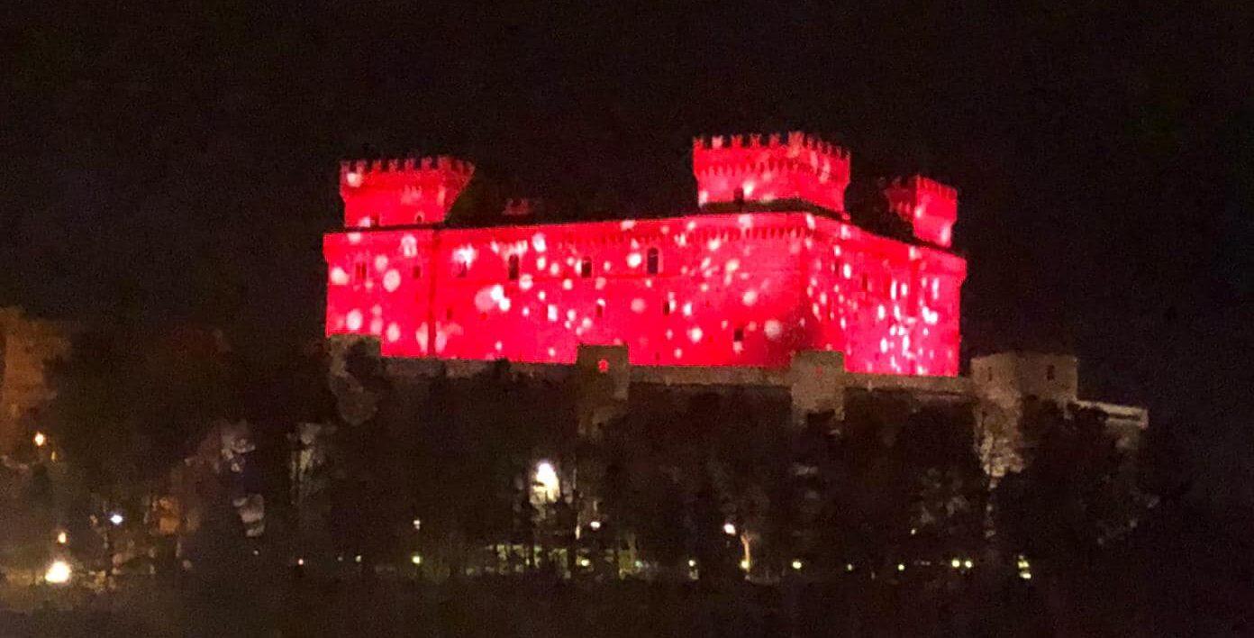 Celano, il Castello Piccolomini si illumina di rosso per gli auguri di Natale