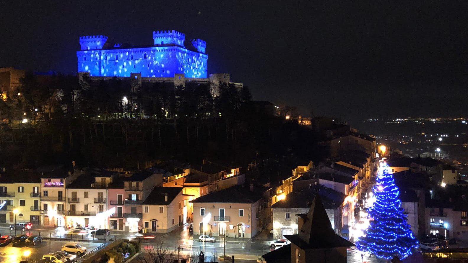 """Celano, il Castello Piccolimini si illumina di blu per gli auguri di """"Buon Anno Nuovo"""""""