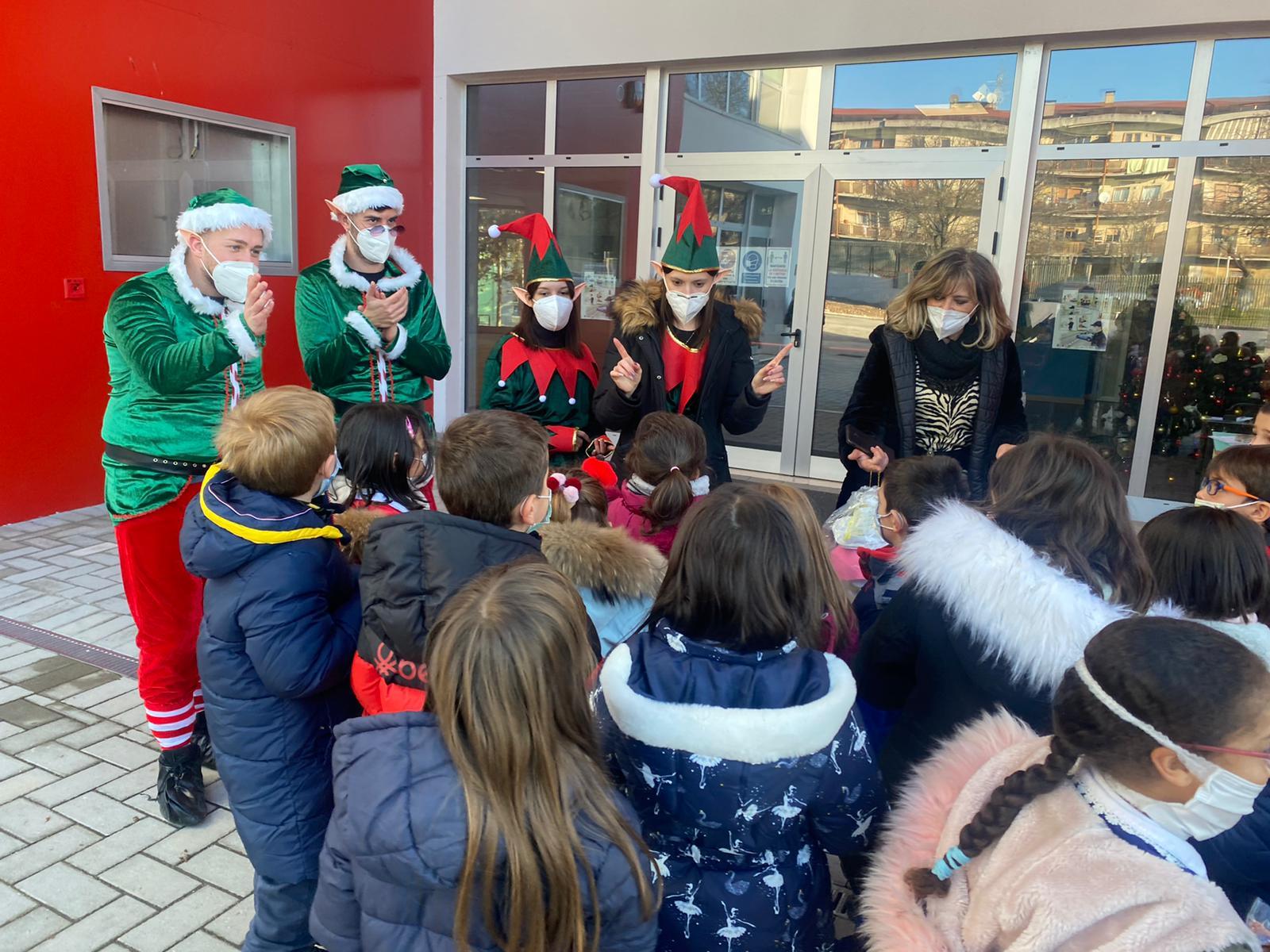 Avezzano: gli elfi di Santa Claus vanno a trovare i bambini delle scuole primarie