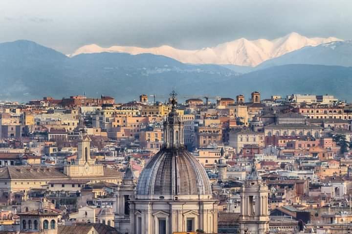 Le montagne innevate abruzzesi immortalate dalla terrazza del Gianicolo