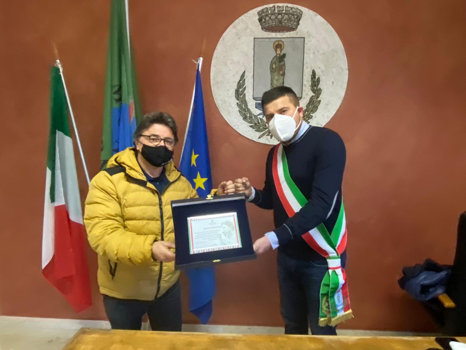 Il fotoreporter Oddi riceve una targa dal sindaco di Trasacco