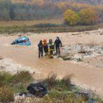 Vigili Del fuoco recuperano il cane intrappolato in un'auto nel torrente in piena