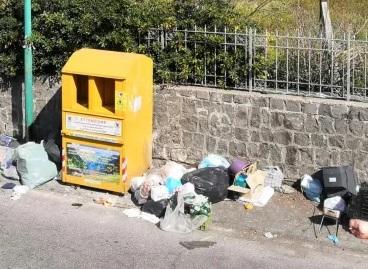 Abbandona rifiuti davanti al campo sportivo, multa di mille euro