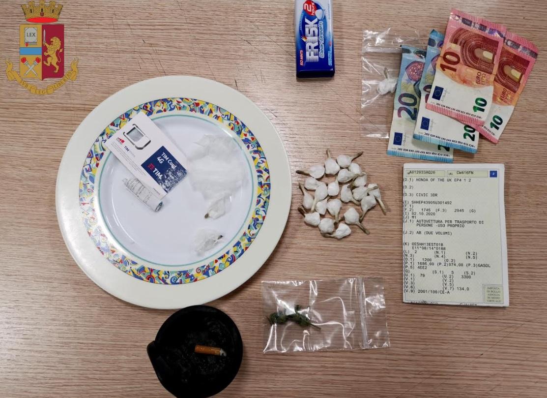 Bloccati dalla Polizia con 11 confezioni di sostanza stupefacente pronte per la vendita, arrestati