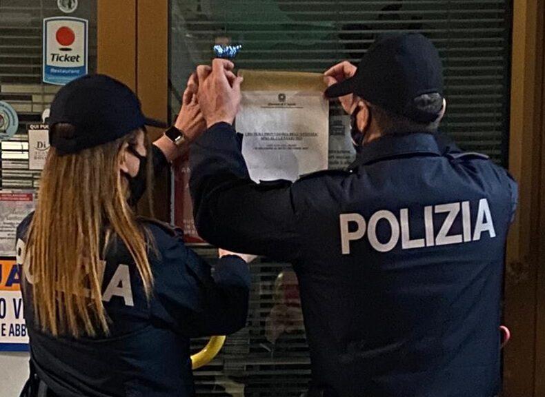 Alla vista dei poliziotti scatta il fuggi fuggi generale degli avventori di un bar cittadino. Attività chiusa e sanzioni