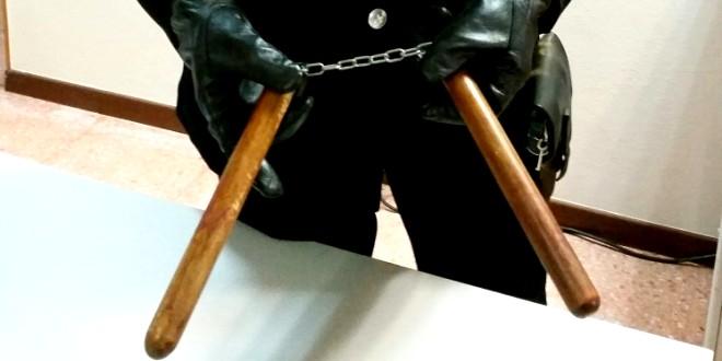 Minaccia i passanti con un nunchaku, assolto per incapacità di intendere e di volere
