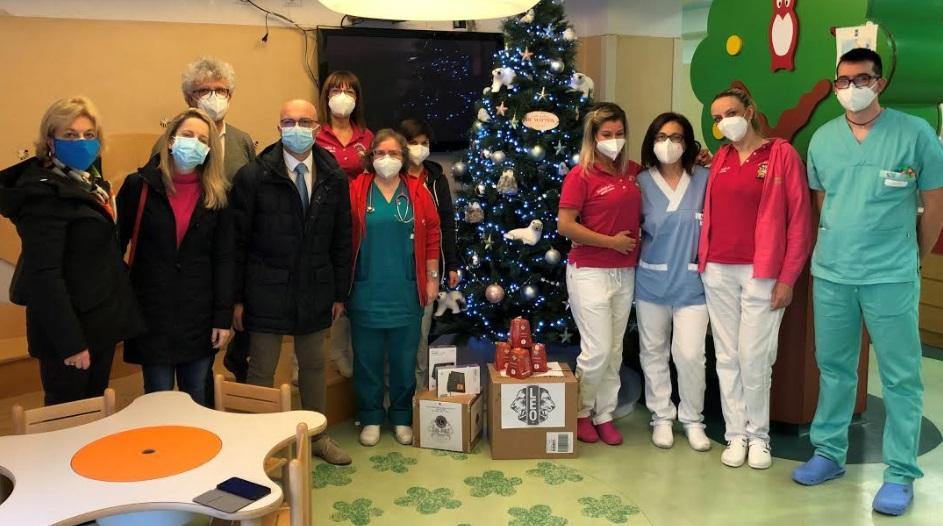 Il Lions Club L'Aquila dona i pandorini di Natale dei Leo e due tablet al pronto soccorso pediatrico