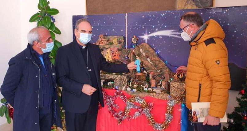 Il Presidente Confartigianato Imprese Avezzano consegna al Vescovo di Sulmona-Valva la statuita di un'infermiera per il Presepe