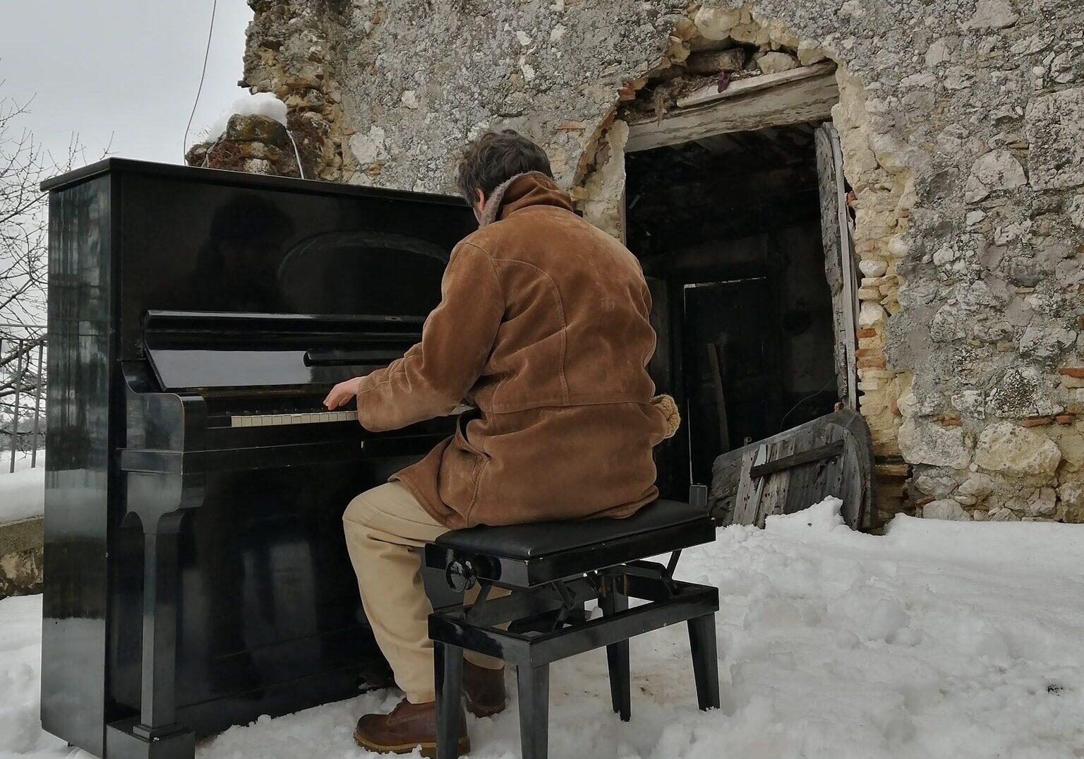 La musica di un pianoforte tra i vicoli innevati di Borgo Universo