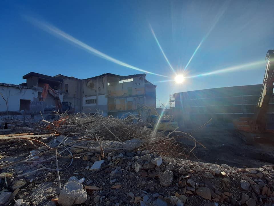 A San Benedetto dei Marsi sono ripartiti i lavori di demolizione della vecchia scuola