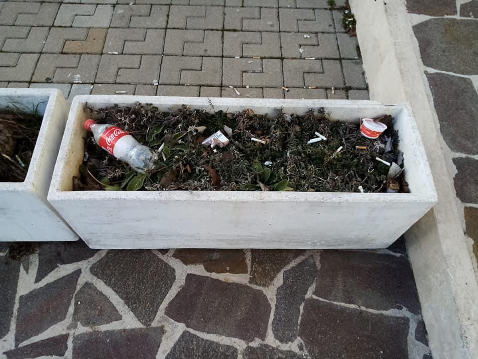 Collarmele, rifiuti abbandonati davanti al Centro Anziani