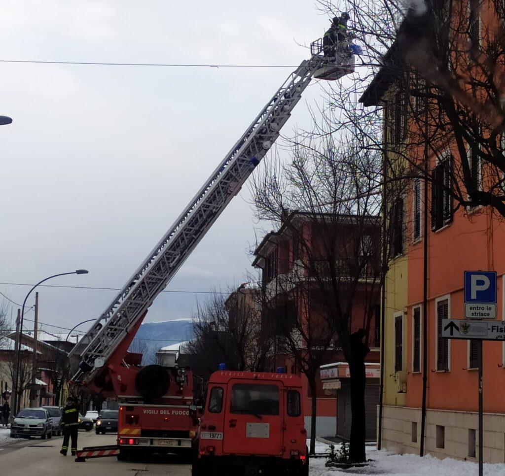 Vigili del fuoco a lavoro per mettere in sicurezza cornicioni ed alberi