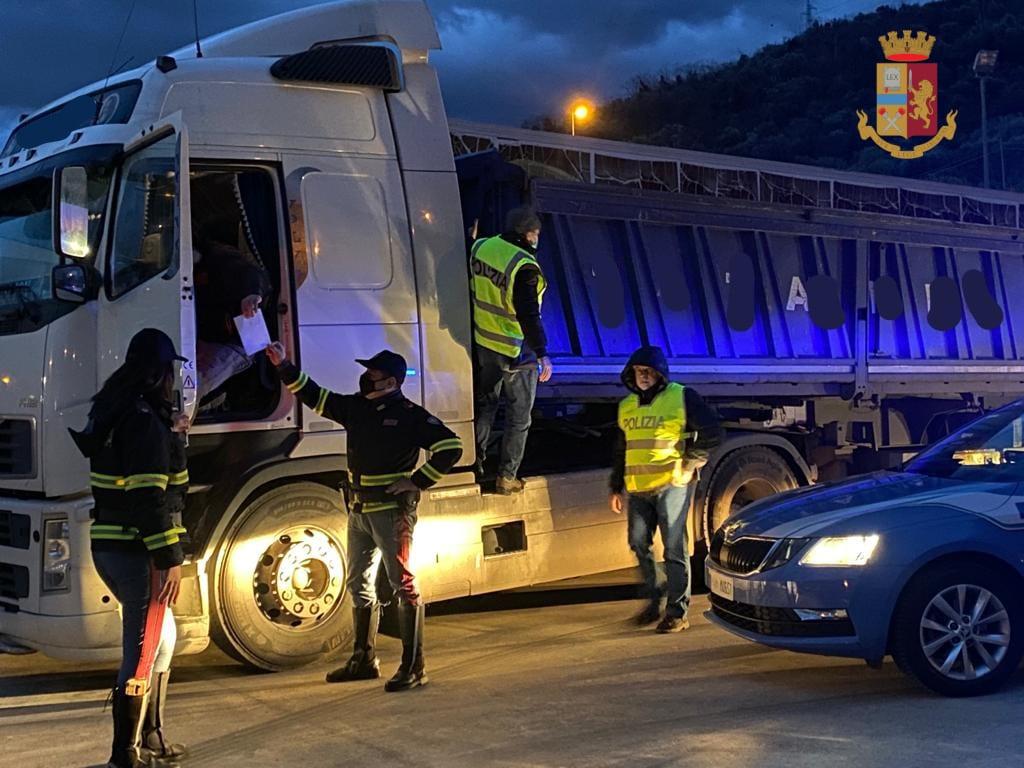 Furto di binari ferroviari, la Polizia stradale controlla un camion e denuncia il conducente