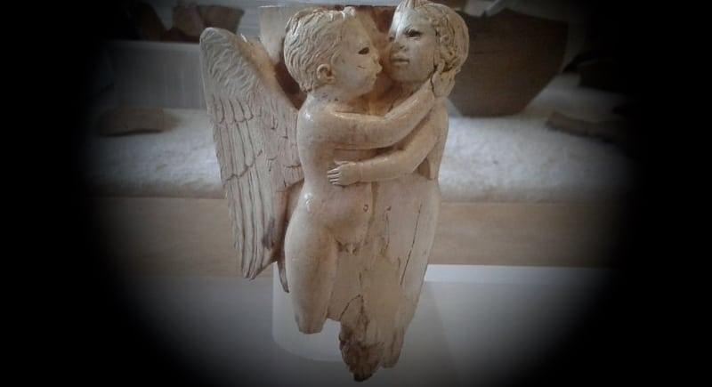 Un abbraccio alla Marsica in questo momento difficile con Eros e Psiche degli antichi letti in osso di Aielli