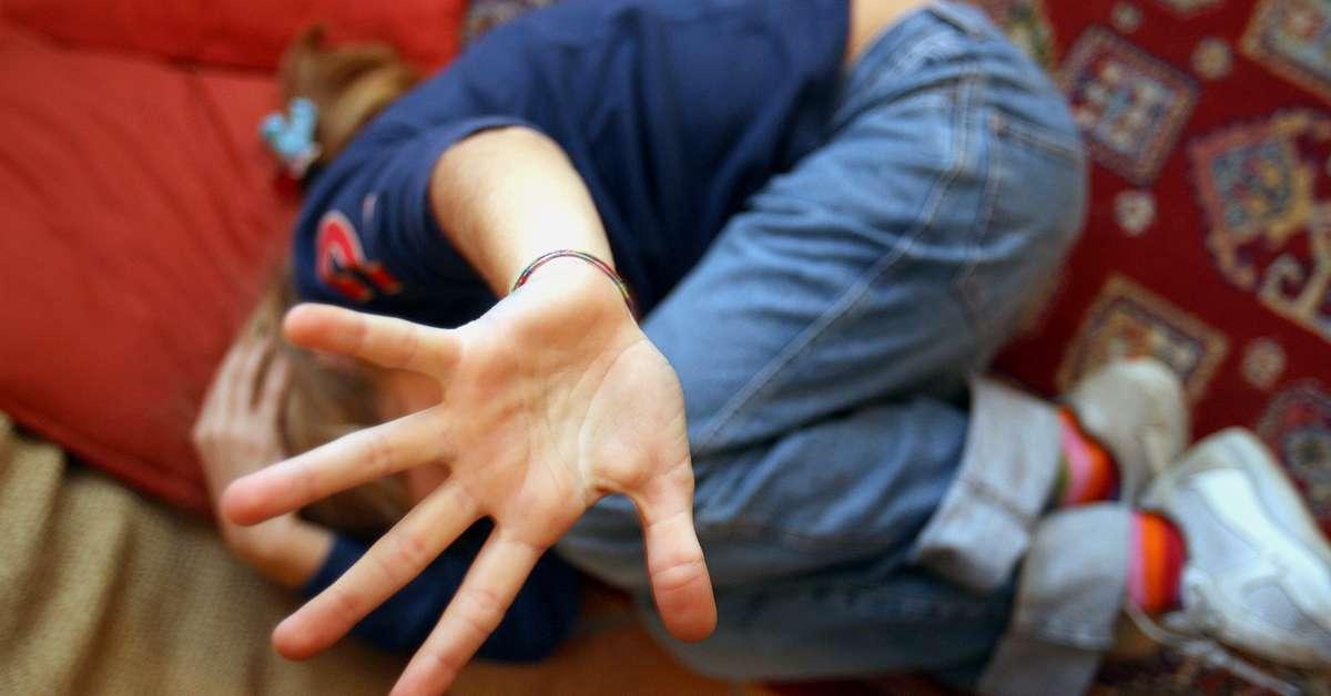 Trentenne adesca un bambino con dei regalini e abusa di lui
