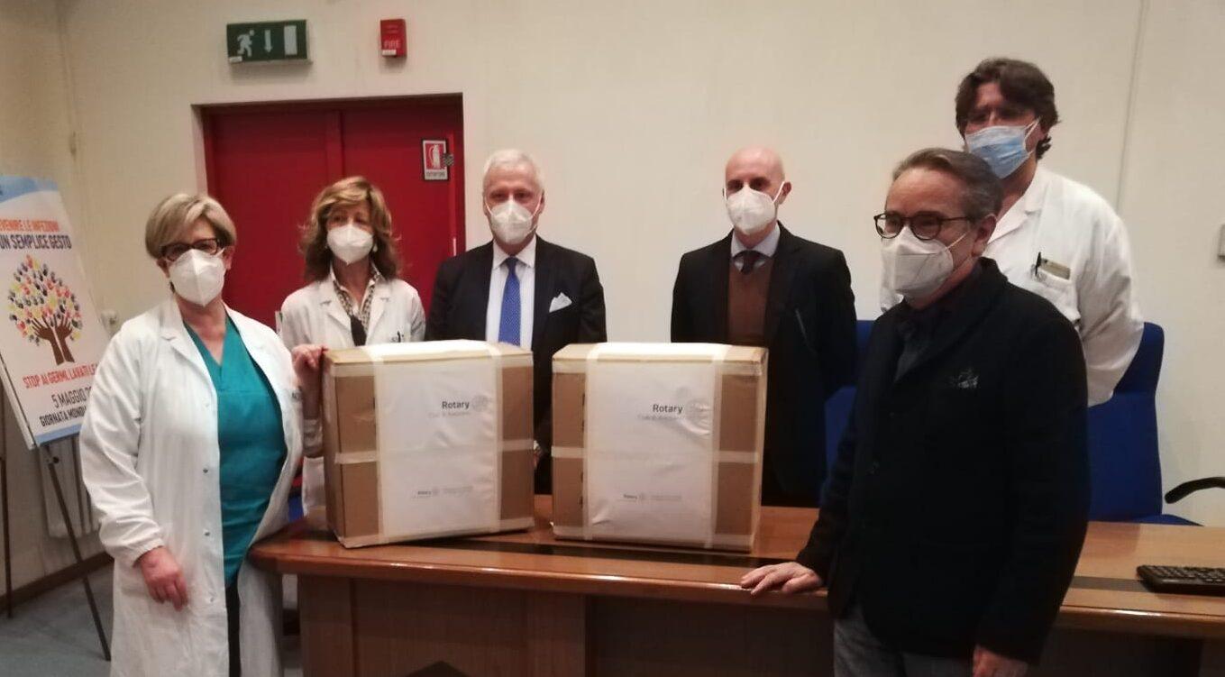 100 tute di protezione al reparto di malattie infettive dell'Ospedale donate dal Rotary Club