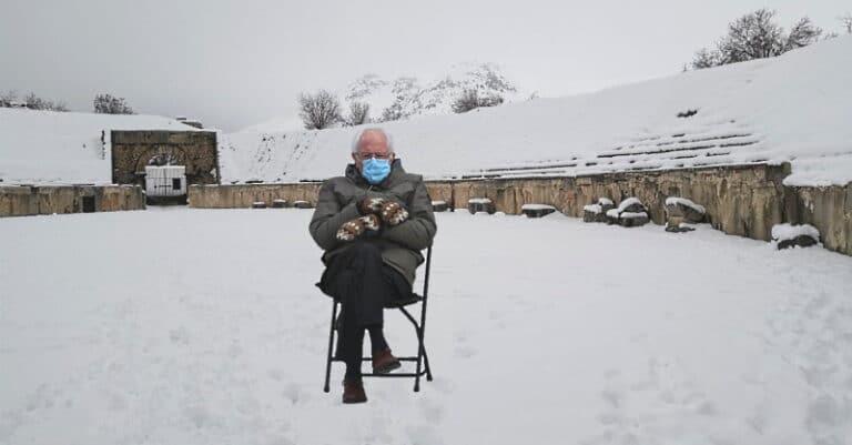 Il senatore americano Bernie Sanders seduto nell'anfiteatro romano di Alba Fucens