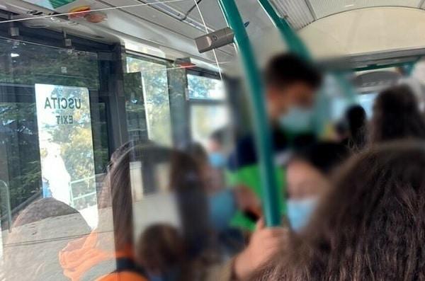 Lanciano una busta piena di ghiaccio da un autobus in corsa e colpiscono mamma e figlia